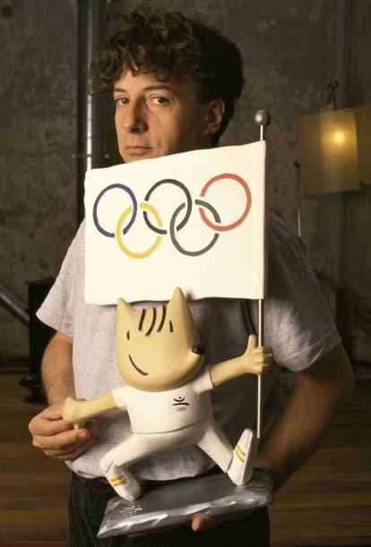 El diseñador Javier Mariscal junto a Cobi, la mascota que creó para los Juegos Olímpicos de Barcelona 92'.