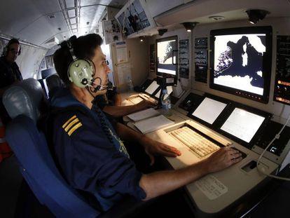La tripulación de un avión de Salvamento Marítimo, durante un vuelo en septiembre de 2017.