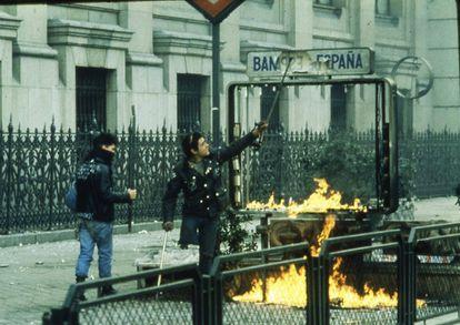 El Cojo Manteca rompiendo el letrero de una boca de Metro en el centro de Madrid durante una manifestación estudiantil, en enero de 1987.