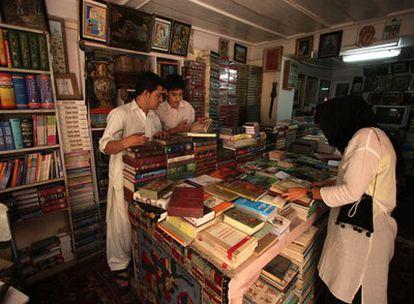 Asil Rashid y su ayudante en la librería Behzad, en Kabul