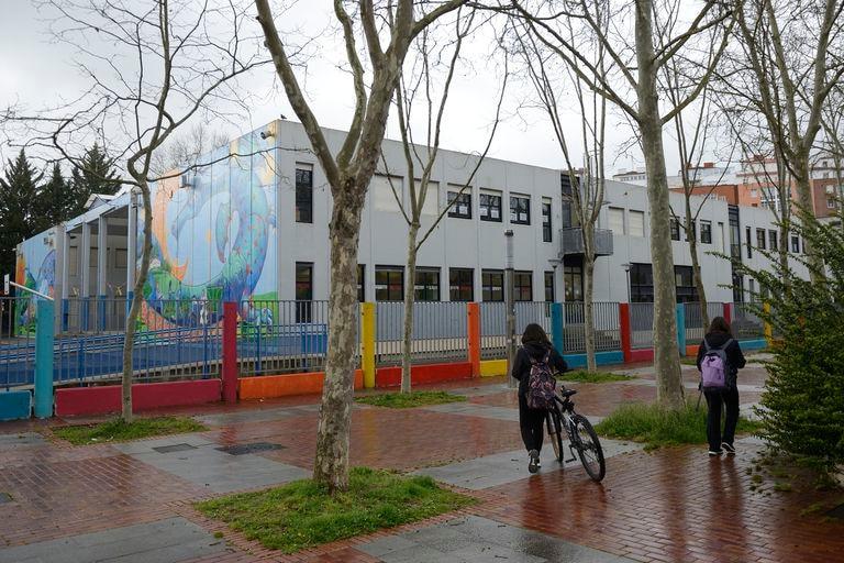 El colegio Odon de Apraiz, en Apraizó (Álava), cerrado este lunes por el coronavirus.