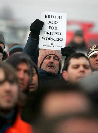Trabajadores de la refinería de Lindsey participan en una protesta.