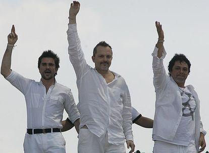 De izquierda a derecha, Juanes, Miguel Bosé y Alejandro Sanz, ayer en la frontera de Colombia y Venezuela.