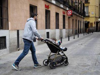 Cada vez más hombres comparten la crianza de los hijos. Sus problemas a la hora de corresponsabilizarse son los permisos de paternidad no igualitarios y los extensos horarios