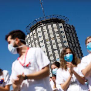 GRAF8512. MADRID, 20/05/2020.- Decenas de sanitarios del Hospital Universitario de La Paz de Madrid despiden con un acto este martes, a los residentes de cuarto año de este centro hospitalario de la capital española, en el entorno del Covid 19. EFE/David Fernández