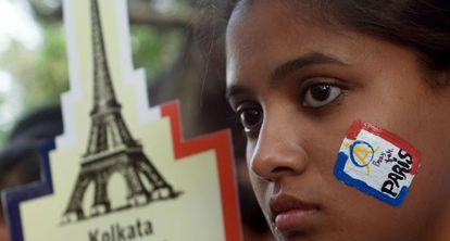 Una joven india en un homenaje a las víctimas de París.