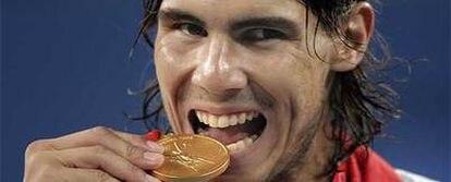 Rafa Nadal muerde la medalla de oro.