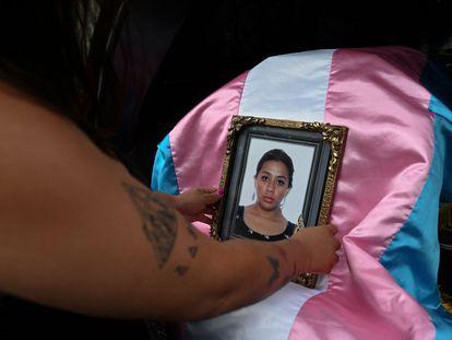 Una persona sostiene un retrato de Andrea González, activista de la comunidad LGBTI asesinada el pasado 11 de junio en Guatemala.