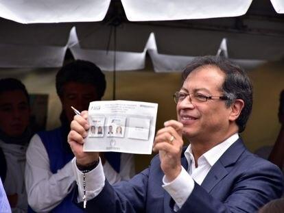 El izquierdista Gustavo Petro vota en las elecciones presidenciales que perdió ante Iván Duque en 2018.