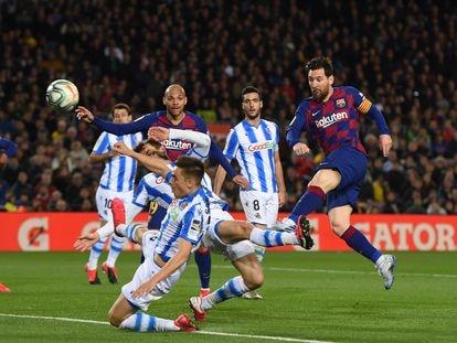 Messi dispara entre varios jugadores de la Real Sociedad.