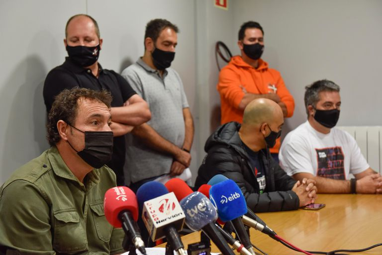 El Presidente del comité de empresa de Bilboestiba, Alberto Dañobeitia en una conferencia de prensa para reclamar el convenio colectivo.