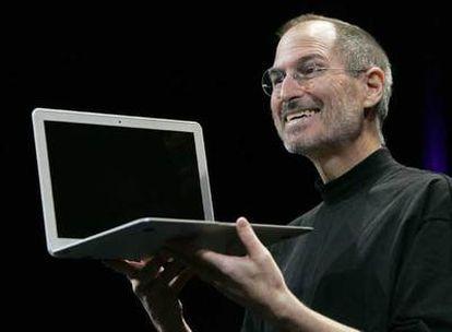 Steve Jobs, en  la presentación del  MacBook Air.