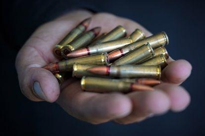 Mohsin muestra unas balas que dejó sin disparar tras entregarse a los talibanes