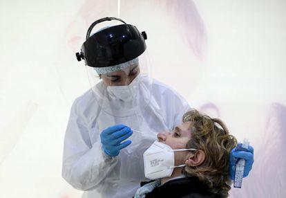 Una profesional de Farmacia realiza un test de antígenos en su establecimiento el 9 de febrero de 2021 en Madrid.