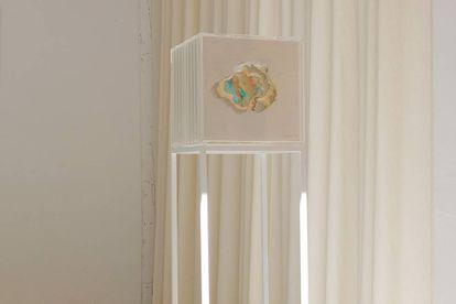 """""""Nō"""", de Paul Anton. Escultura a base de poliespán, metacrilato, vinilos y acero lacado en blanco."""
