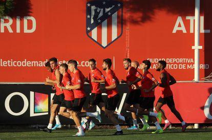 Los jugadores el Atlético de Madrid, en un entrenamiento en la Ciudad Deportiva del Cerro del Espino, en Majadahonda