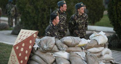 Soldados ucranios se protegen tras sacos terreros en la base de Belbek, cerca de Sebastopol.