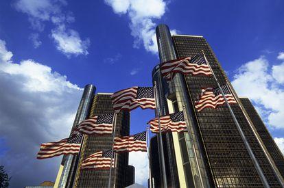 Banderas ondeando frente al Renaissance Center, un grupo de siete rascacielos interconectados en el Downtown Detroit.