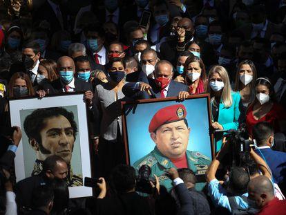 Diosdado Cabello, candidato electo del Partido Socialista Unido de Venezuela (PSUV), sujeta una foto del difunto presidente venezolano Hugo Chávez antes de la ceremonia de juramento del nuevo mandato de la Asamblea Nacional de Venezuela.