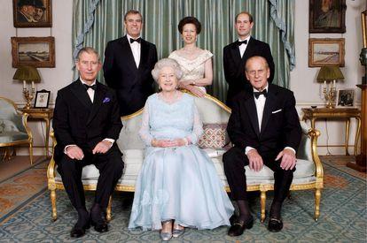 Fotografía de familia que muestra a Isabel II, sentada con Felipe de Edimburgo (a la derecha de la imagen) y su hijo mayor, Carlos, príncipe de Gales. De pie, desde la izquierda, Andrés, duque de York, la princesa Ana, y Eduardo, conde de Wessex.