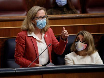 Nadia Calviño, ministra de Asuntos Económicos, y Yolanda Díaz, titular de Trabajo, el pasado 21 de abril en el Congreso de los Diputados en Madrid.
