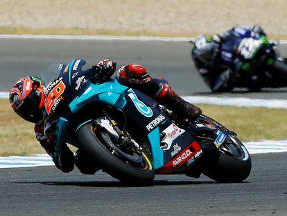 Fabio Quartararo, en cabeza por delante de Maverick Viñales en un momento de la carrera en el circuito de Jerez.