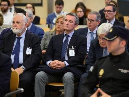 En primera fila, desde la izquierda, Juan Cotino, antiguo vicepresidente de la Generalitat Valenciana; Pedro García, ex director general de Radiotelevisión Valenciana; y Jose Ramón Blanco Balín, supuesto cerebro financiero de la trama, en el juicio por la vista del Papa.