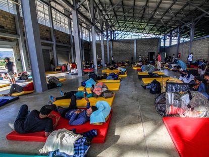 Inmigrantes venezolanos aguardan en un refugio para cruzar el punto fronterizo entre Colombia y Venezuela.