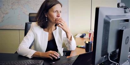 Elena Pérez, responsable de la actividad de gas de Endesa, durante su jornada laboral en un extracto de su episodio de #LoInteligenteEsSeguir.