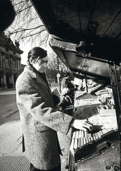 Julio Cortázar, buscando libros en París.