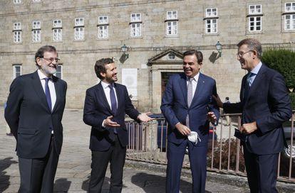 El presidente del PP, Pablo Casado, junto al vicepresidente de la Comisión Europea, Margaritis Schinas; el presidente de al Xunta, Alberto Núñez Feijóo, y el expresidente del Gobierno Mariano Rajoy, este lunes en Santiago.