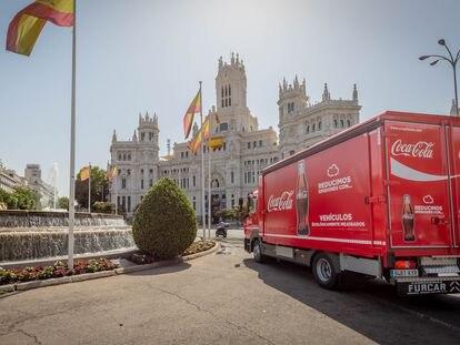 Un camión de Coca-Cola, por el centro de Madrid.