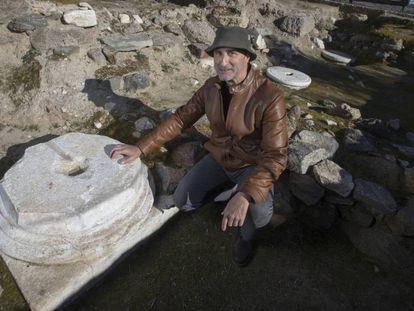 El arqueólogo Juan Manuel Rojas, junto a una de las basas desenterradas en la basílica de Guarrazar. En el vídeo, los lugares donde se encontró el tesoro.