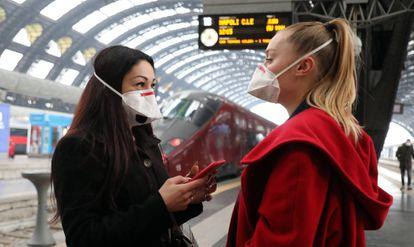 Dos viajeras con mascarilla en la estación Central de Milán (Italia) el martes pasado.