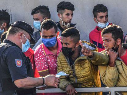 Largas colas para solicitar asilo en Ceuta en una imagen de archivo.