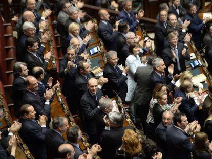 Los diputados italianos aplauden tras la elección de Napolitano.