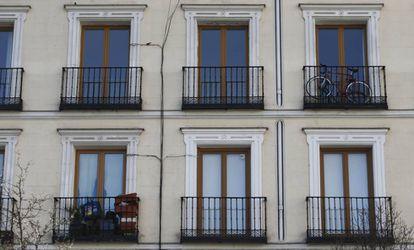 Balcones en la fachada de un edificio de viviendas en la madrileña plaza de Isabel II.