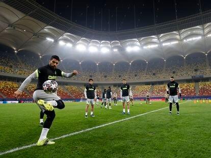 Luis Suárez, durante el entrenamiento de Atlético de Madrid previo al partido de ida de los octavos de final ante el Chelsea que se disputará este martes en el estadio Nacional de Bucarest. / Atléticodemadrid.com