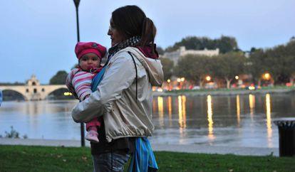 Rocío Veneros, de 33 años, con su hija en Avignon (Francia).