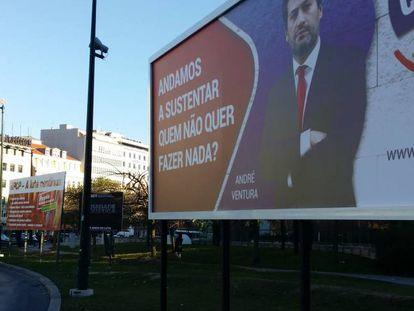 Vallas de partidos políticos, en la plaza Marqués de Pombal.