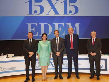 Desde la izquierda, Manuel Palma, vicepresidente de EDEM; Hortensia Roig, presidenta de EDEM; Jordi Gual, presidente de CaixaBank; Juan Roig, presidente de honor de EDEM; y Antonio Noblejas, director general de EDEM, en el acto de clausura del curso 15x15 en Valencia.