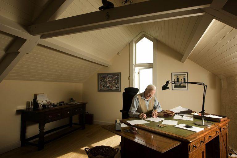 John Le Carré fotografiado mientras trabaja en su casa de Penzance, en Cornualles,Reino Unido.