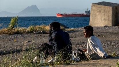 Migrantes sin hogar tras cruzar frontera de Ceuta desde Marruecos.23 Mayo 2021. Foto Javier Bauluz