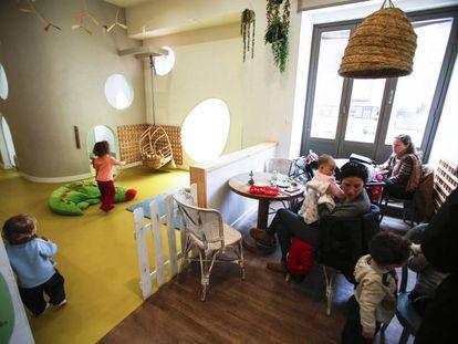 La cafetería Alayuela, con un espacio para que los niños jueguen.