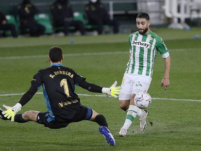 Fekir lanza desviado en una acción de peligro contra Herrera en el pasado Betis-Osasuna.