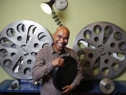 Santiago A. Zannou, retratado en la oficina de la distribuidora de su filme.