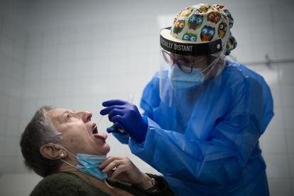En la imagen, realización de una PCR en un Centro de atención primaria (CAP) de la Creu Alta durante la tercera ola de la pandemia de la covid-19, el pasado 21 de enero.
