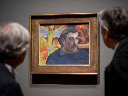 Dos visitantes ante uno de los autorretratos de Paul Gauguin en el la exposición que le dedica la National Gallery de Londres.