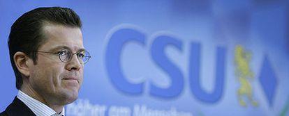 El nuevo ministro de Economía alemán, Karl-Theodor zu Guttenberg, durante la conferencia de prensa de ayer en Múnich.