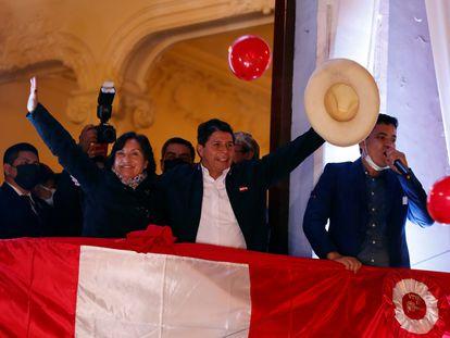Pedro Castillo saluda a sus simpatizantes desde un balcón tras ser proclamado presidente electo del país, en Lima, este lunes.